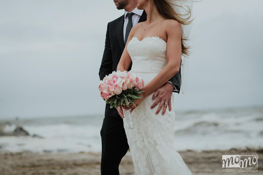 Justyna i Darek na sesji zdjęciowa nad morzem